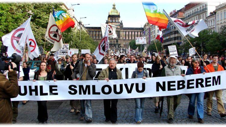 Cresce la militarizzazione della società nell'Europa dell'est, secondo Dana Feminovà