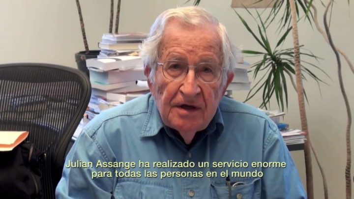 """Chomsky: """"Dovremmo tutti ringraziare Assange per il suo coraggio e la sua integrità"""""""