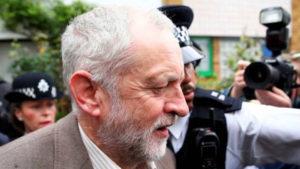 Mozione di sfiducia dei parlamentari laburisti contro Corbyn. Migliaia di persone si radunano per appoggiarlo