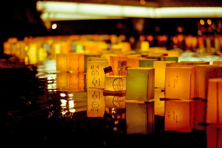 Ceremonia de linternas flotantes. Río Motoyasu que corre por debajo de la Cúpula de la Bomba Atómica. Foto Freedom II Andres.