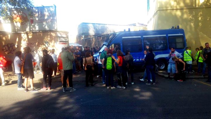 Migranti, in corso operazioni di sgombero da via Cupa a Roma