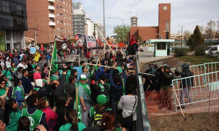 Disturbios y suspensión de la audiencia pública por el gas en Neuquén