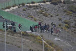 Zweihundert Migranten klettern über die Grenzabsperrung nach Ceuta
