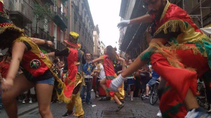 Neapel: Mit Trommeln und Stimmen den Tag der Gewaltfreiheit feiern