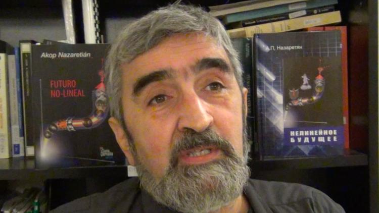 Akop Nazaretián commente son livre dans le cadre du V Symposium International