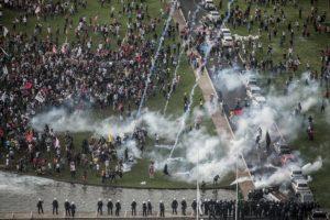 Senado aprova PEC que congela gastos; do lado de fora, polícia reprime protesto
