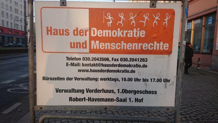 schild-haus-demokratie_2-750×422-c-default