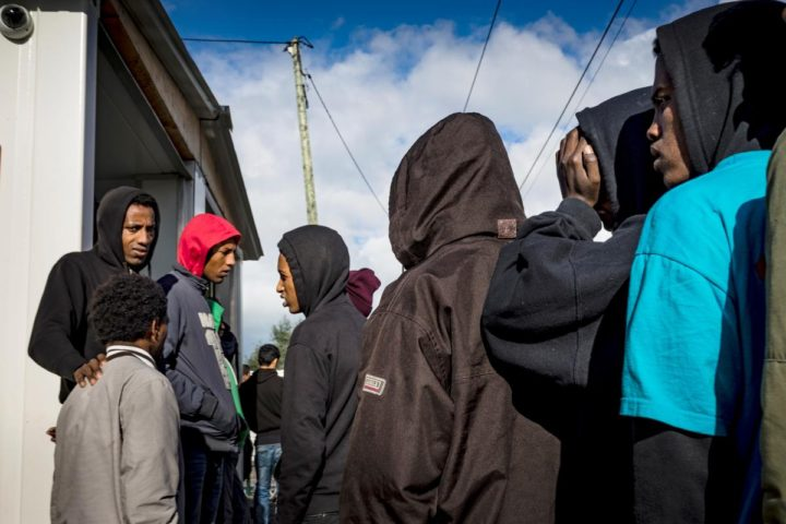France/UK: Lone Children From Calais Left in Limbo