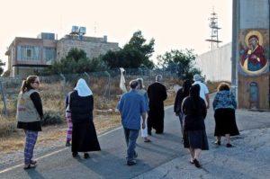 Monjas de Belén rezan ante el muro israelí «para derribarlo»