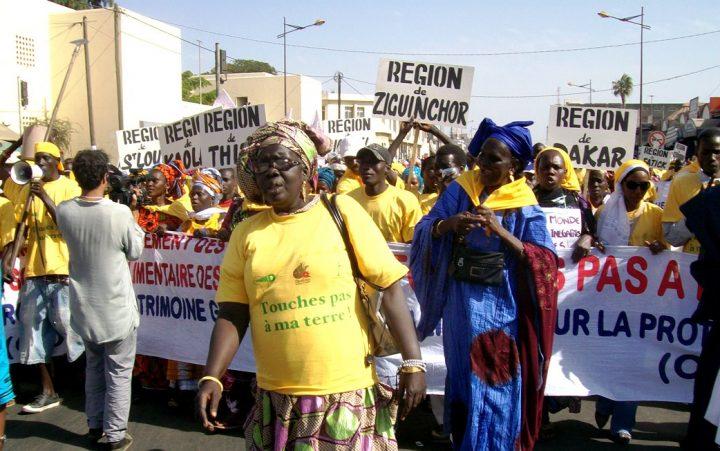 """""""Hände weg von unserer Erde"""" - der Widerstand gegen Landraub, hier im senegalischen Dakar, wird vor allem von Frauen getragen. Bild: Weltfriedensdienst"""
