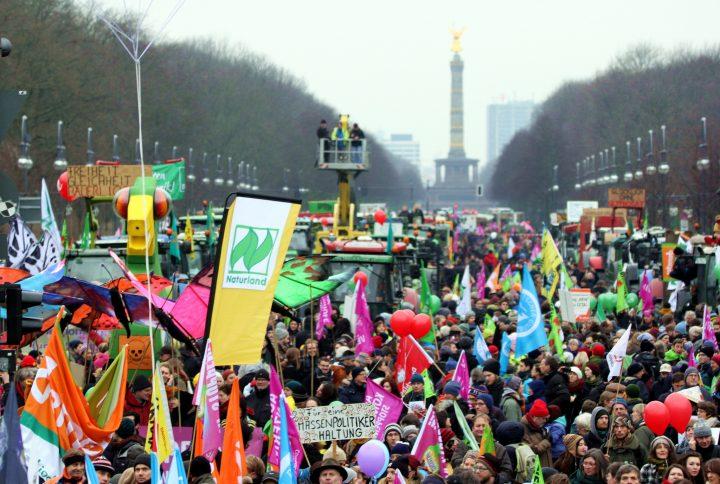 """""""Wir haben Agrarindustrie satt!"""": 18.000 Bauern und Bürger fordern Wende in der Agrar- und Ernährungspolitik"""