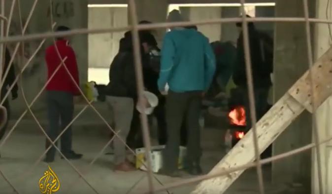 Flüchtlinge in Griechenland helfen Obdachlosen trotz extremer Kälte