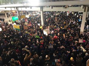 ΗΠΑ: Διαδηλώσεις σε αεροδρόμια εναντίον της απαγόρευσης εισόδου μουσουλμάνων στη χώρα