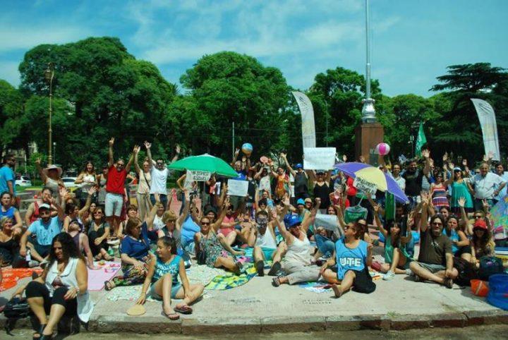 Despidos en Educación: tuvieron que armar una playa para conseguir diálogo