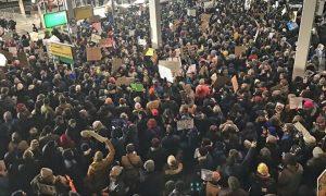 Proteste negli aeroporti americani per l'ordine di Trump contro profughi e immigrati musulmani