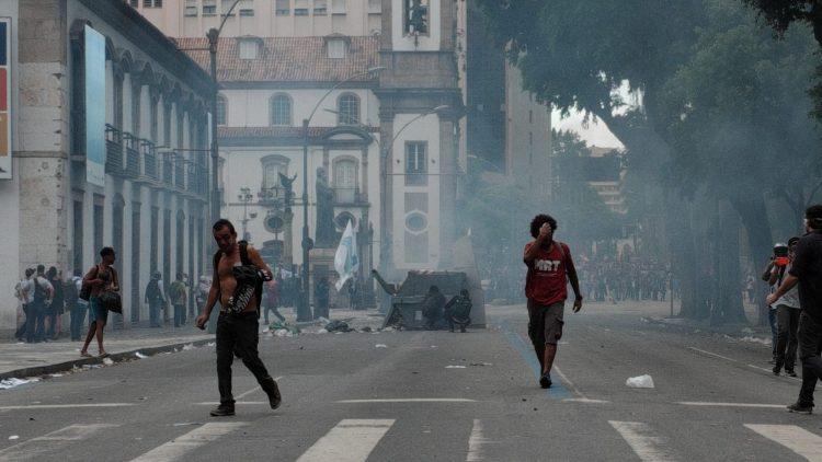 Protestos contra o pacote de austeridade do Estado se intensificam