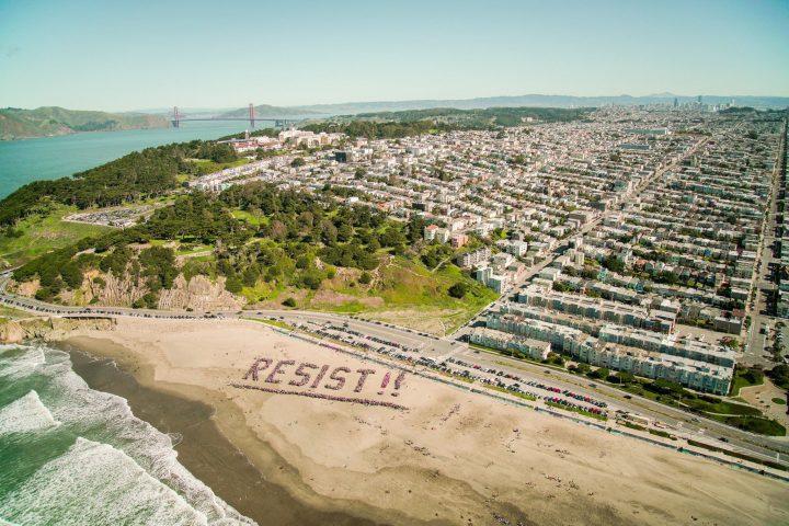 Des milliers de personnes sur les plages de Californie pour résister à Trump