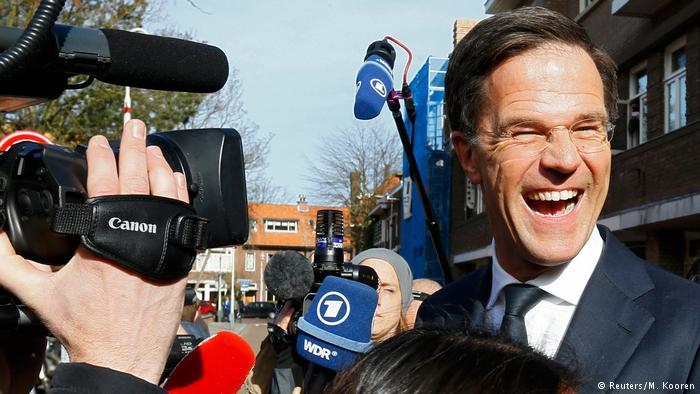 Boca de urna aponta partido do premiê à frente na Holanda