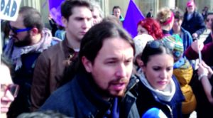Acción de protesta en Berlín con Pablo Iglesias por la sanidad pública española