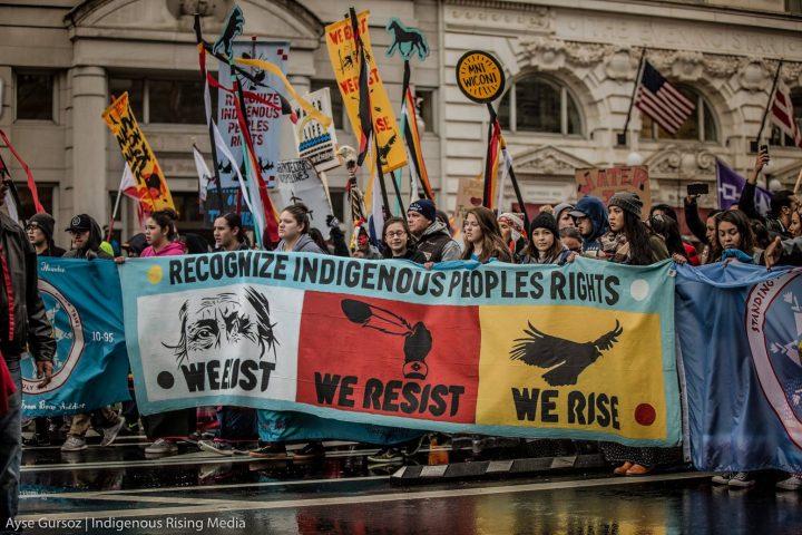 Attivisti e nativi americani marciano su Washington in mezzo a pioggia gelata e neve