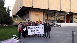 Απαγγελία ποιημάτων μπροστά από το Πολεμικό Μουσείο