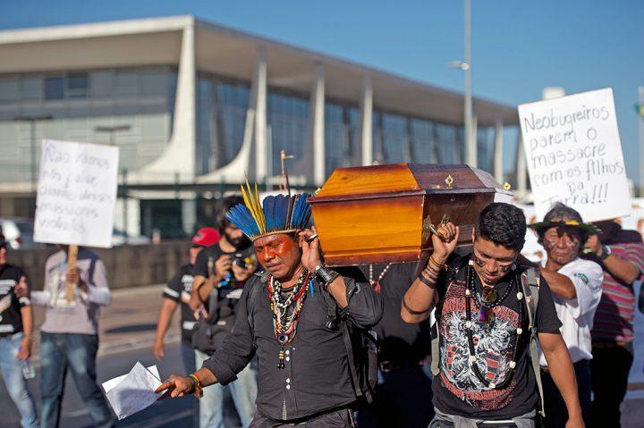 A conjuntura política brasileira, as terras e as vidas dos índios