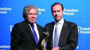 """Un """"impresentable"""" Luis Almagro recibe premio de Freedom House, una ONG de la CIA"""