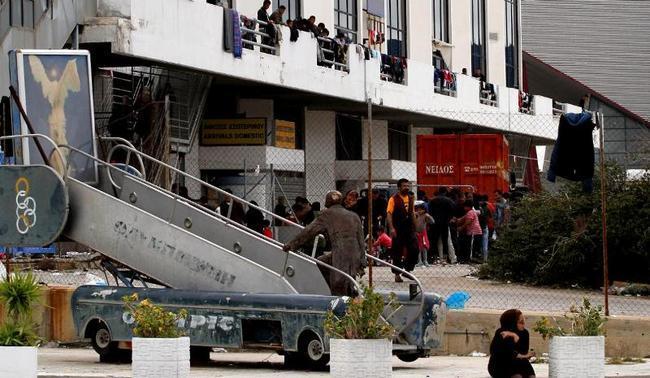 Μεταφέρονται οι πρόσφυγες από το χώρο του πρώην αεροδρομίου στο Ελληνικό