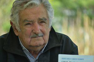 """Pepe Mujica in Cile: """"Non bisogna eleggere quelli a cui piacciono troppo i soldi"""""""