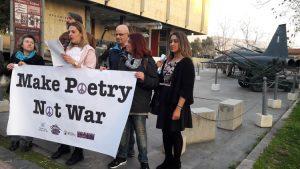 Η Πρωτοβουλία «Ποίηση αντί για Πόλεμο» μπροστά στην Υπηρεσία Ασύλου