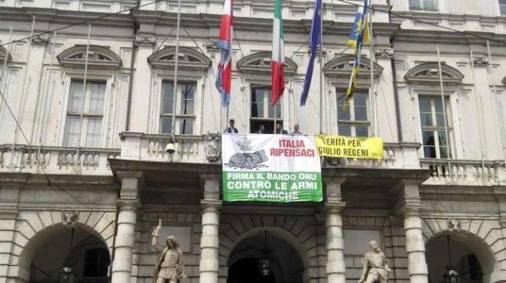 La ratifica del bando delle armi nucleari sulla facciata del Comune di Torino