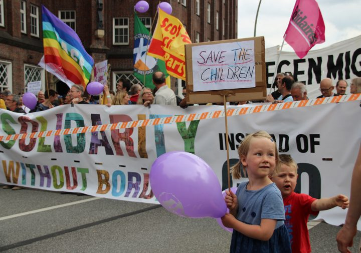Tens of thousands protest peacefully and colourfully in Hamburg for solidarity without borders