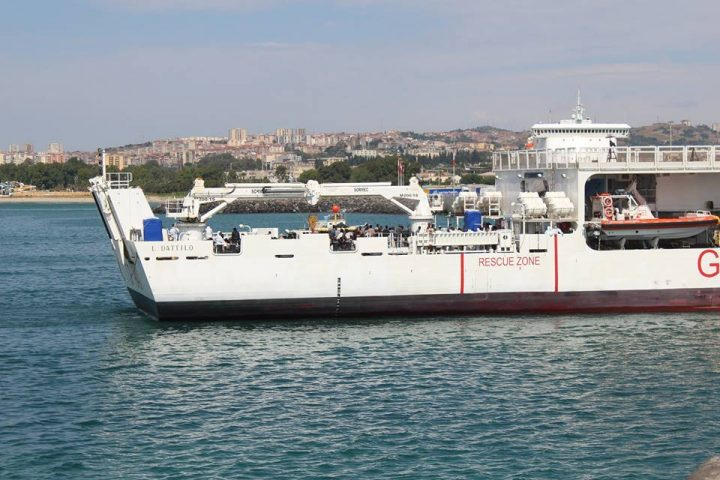 No attracco a Catania nave razzista