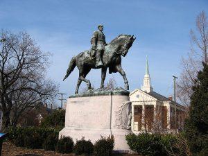 Charlottesville cubre estatuas confederadas con tela negra mientras los residentes demandan su remoción