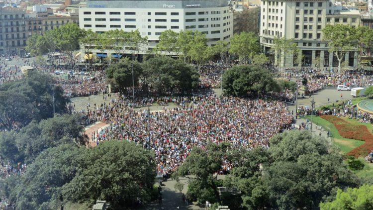 Barcelona: 130,000 people gather to denounce violence