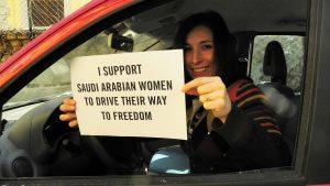 Diritto di guidare per le donne in Arabia Saudita: un passo avanti atteso da molto tempo