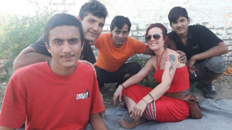 Voluntaria con refugiados