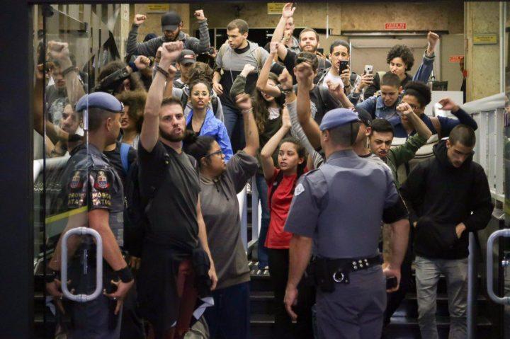 Estudantes Ocupam Escritório da Presidência da República em São Paulo