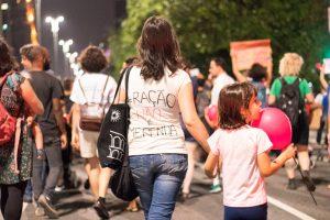 Mães de escolas públicas impedem que prefeito de SP dê ração para crianças