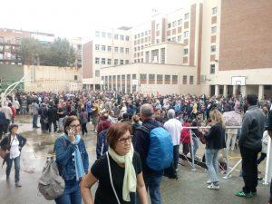 Catalogna: risposta pacifica della popolazione alla violenza della polizia