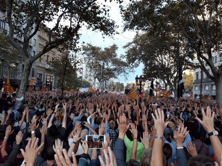 Rajoy commissaria la Catalogna. 500.000 persone protestano a Barcellona