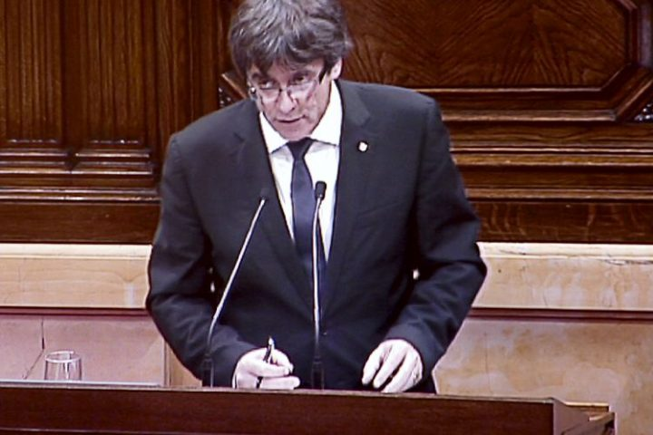 """Puigdemont mette in """"scacco"""" Rajoy"""