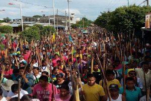Más de 100 mil indígenas marchan por la paz en Colombia