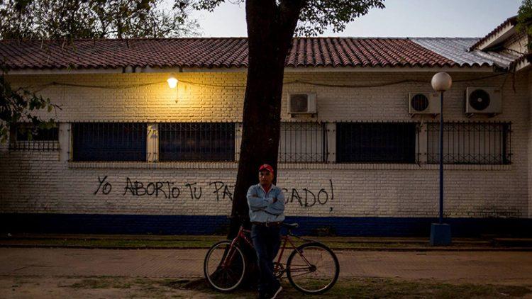 hombre-solo-mirando Lucía Prieto-Luciana Leiras lavaca