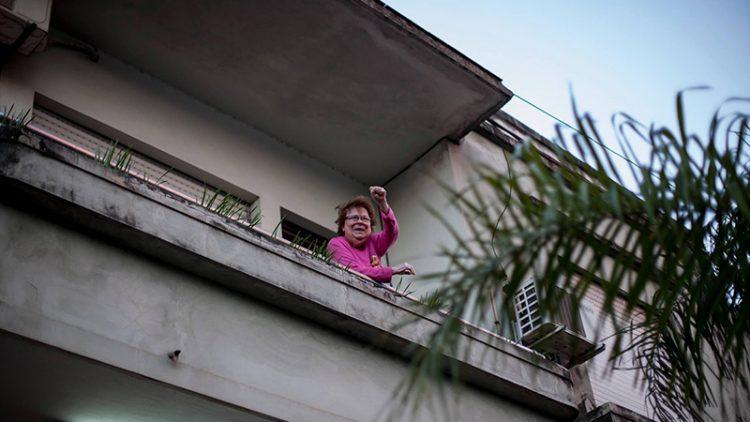 sra-desde-el-balcón-con-puño Lucía Prieto-Luciana Leiras lavaca