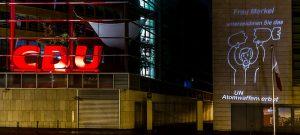 """Lichtprojektion neben der CDU-Zentrale """"Unterzeichnen Sie das Atomwaffenverbot!"""""""
