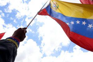 Maduro va por otro mandato, la oposición deshoja la margarita en busca de candidato