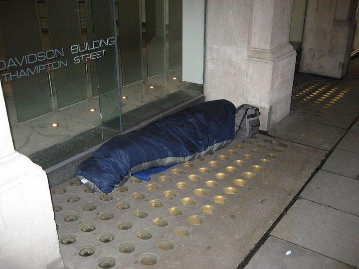 Las políticas de austeridad británicas están en el corazón de la creciente falta de vivienda y los daños a la salud relacionados, sostienen expertos