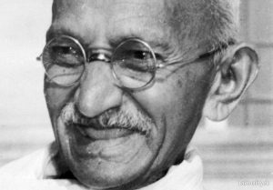 La straordinaria attualità di Gandhi: religione e politica contro ogni guerra