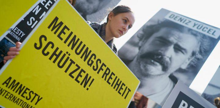 Turchia, rilasciato il giornalista Deniz Yűcel